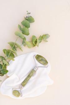 Gua sha, rouleau de jade vert de massage du visage en pierre naturelle avec eucaliptus naturel