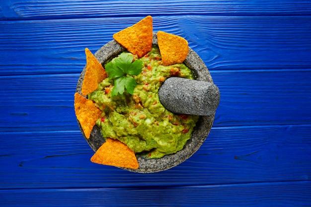 Guacamole aux nachos au molcajete mexicain