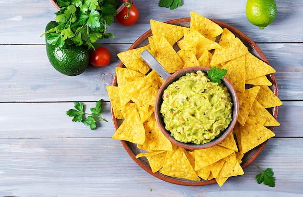 Guacamole avocat - collation mexicaine traditionnelle.