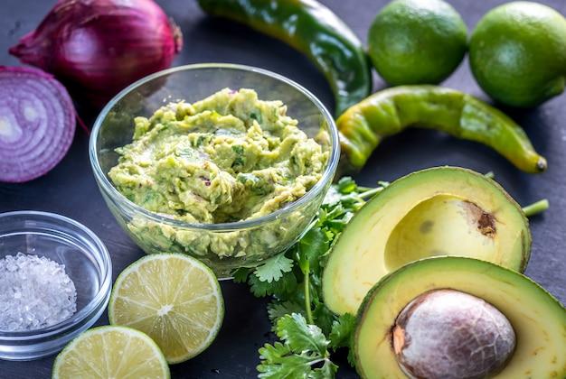 Guacamole avec différents ingrédients