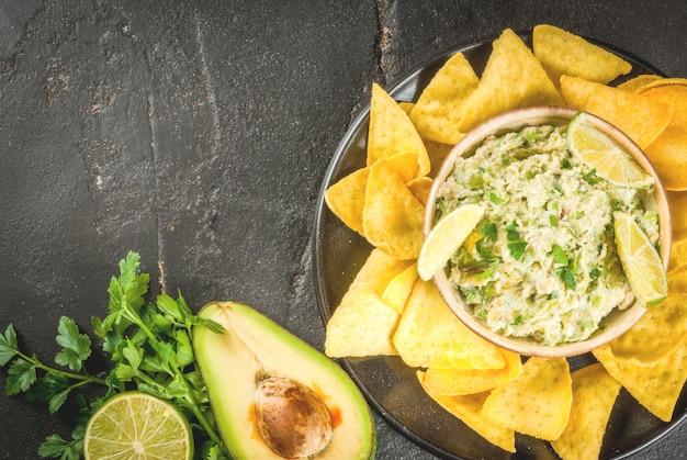 Guacamole fait maison dans un bol