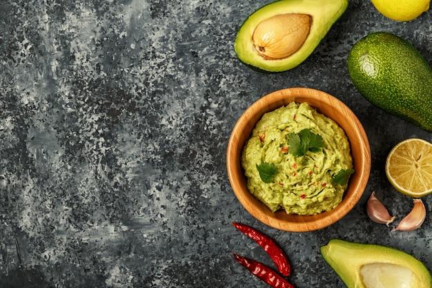 Guacamole fait maison avec des ingrédients.