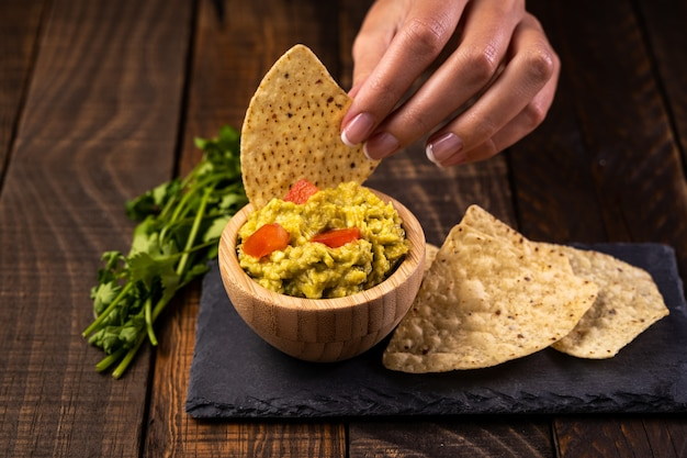 Guacamole frais fait maison et frites prêtes à manger. nourriture saine et végétarienne.