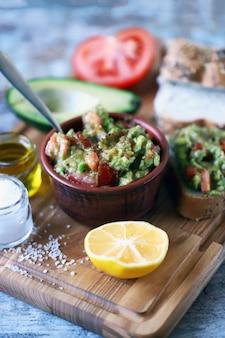 Guacamole frais. guacamole d'avocat profond. régime céto. collation keto.