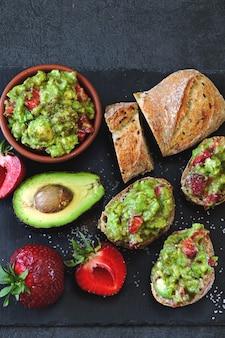 Guacamole à la fraise avec baguette de fitness. collation saine. keto diet keto collation.