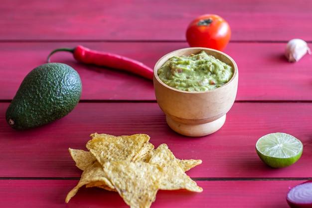 Guacamole et frites nachos. rouge . cuisine mexicaine.