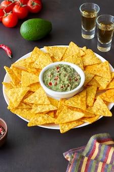 Guacamole avec nachos aux chips de maïs. nourriture mexicaine. la nourriture végétarienne.