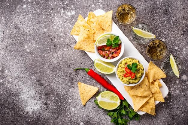 Guacamole, salsa, chips de nachos et tequila