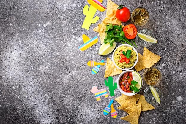 Guacamole, salsa, nachos et tequila