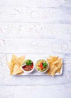 Guacamole, sauce tomate et chips