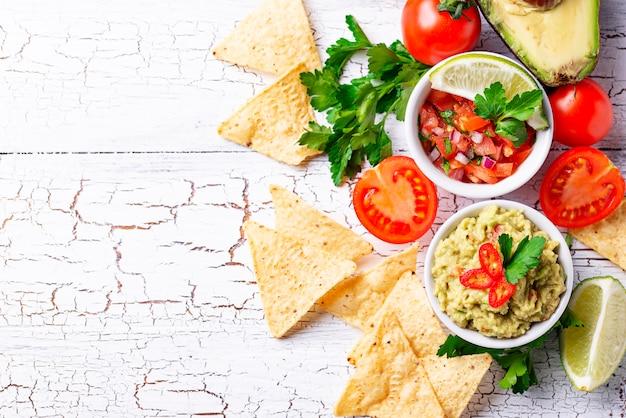 Guacamole, sauce tomate, salsa et nachos aux frites