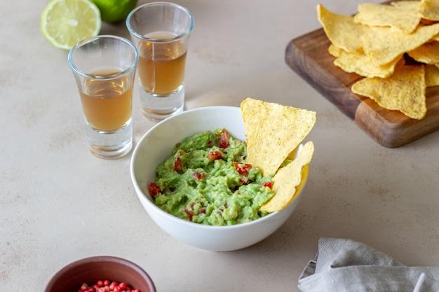 Guacamole à la trempette mexicaine avec chips de nachos. nourriture mexicaine. alimentation équilibrée. la nourriture végétarienne.