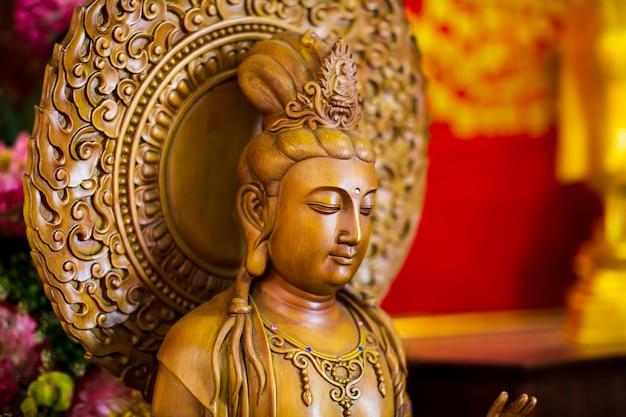 Guanyin close up face sculpté dans un magnifique temple chinois en bois en thaïlande