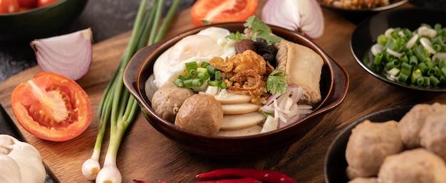 Guay jap, boulettes de viande, saucisse de porc vietnamienne et un œuf au plat, cuisine thaïlandaise.