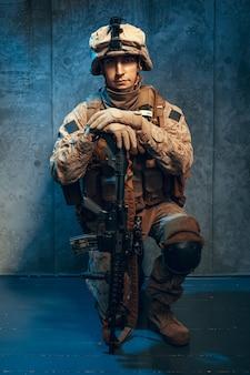 Guerre, armée, concept d'arme. entrepreneur militaire privé tenant un fusil