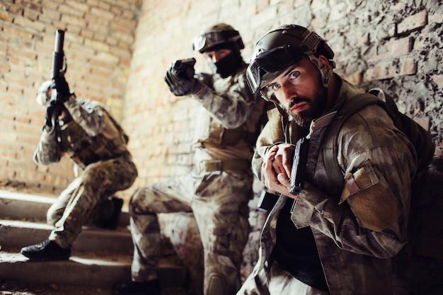 Les guerriers sont debout dans les escaliers et posent.