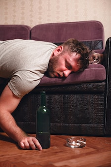 Gueule de bois le matin après l'alcool.