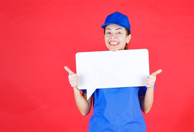 Guide féminin en uniforme bleu tenant un panneau d'information rectangulaire blanc et montrant un panneau de plaisir.