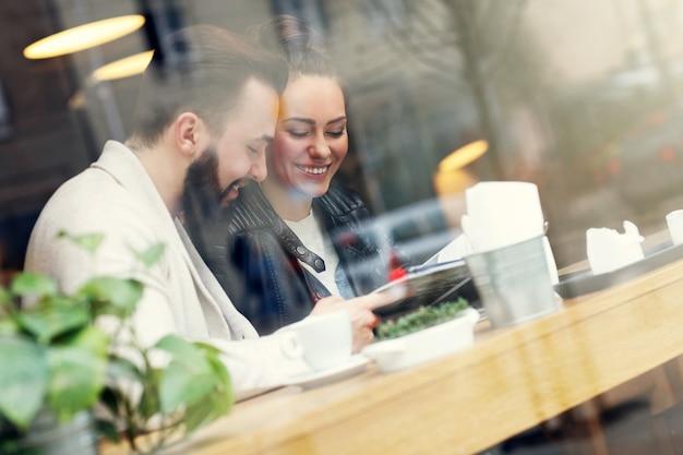 Guide de lecture de couple heureux au restaurant