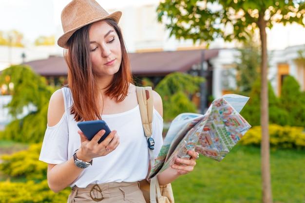 Guide de voyage, tourisme en europe, femme touriste avec carte dans la rue