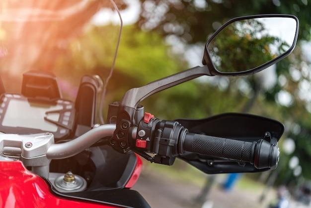 Guidon de moto avec bouton de commande et miroir