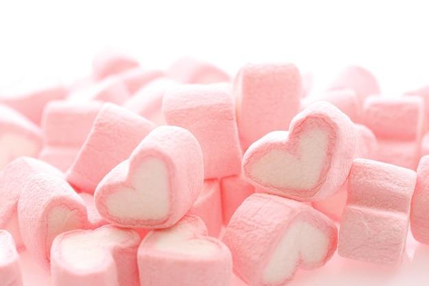 Guimauve coeur rose isolé en surface blanche