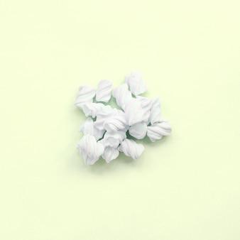 Guimauve colorée posée sur du papier citron vert