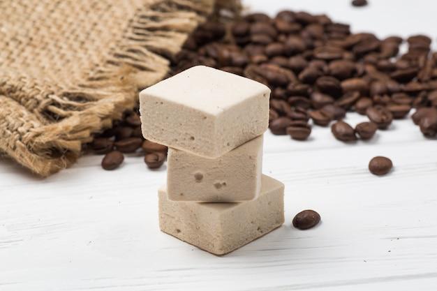 Guimauve, grains de café et un sac