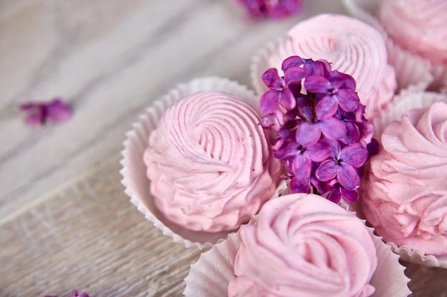 Guimauve sucrée maison violette de cassis près de fleurs lilas