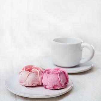 Guimauves aux fruits rouges et tasse de café