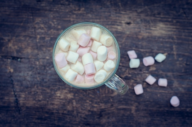 Guimauves sur une boisson au chocolat chaud