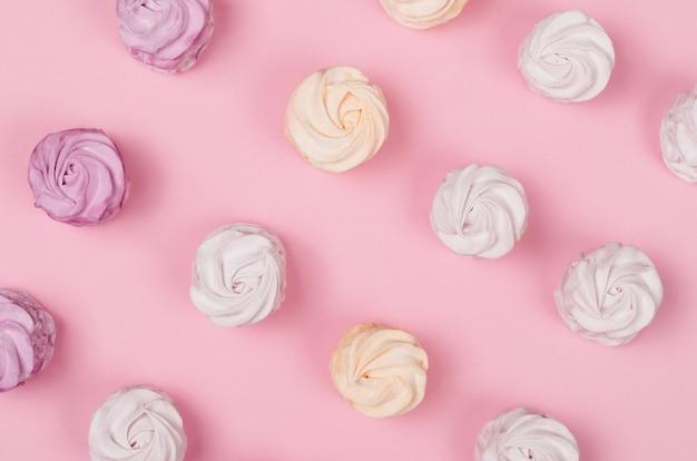 Guimauves colorées sur rose