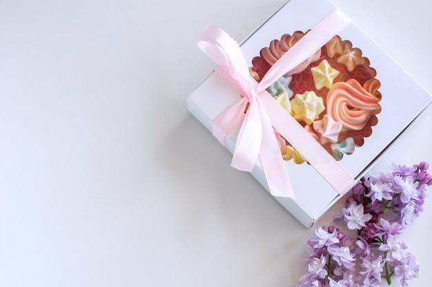 Des guimauves faites maison de différentes couleurs sont joliment emballées dans une boîte cadeau.