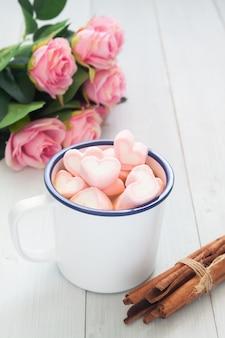 Guimauves en forme de coeur rose sur une tasse de chocolat chaud. concept de l'amour la saint valentin