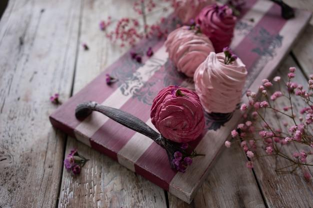 Guimauves russes aux canneberges et aux fraises sur un plateau en bois vintage
