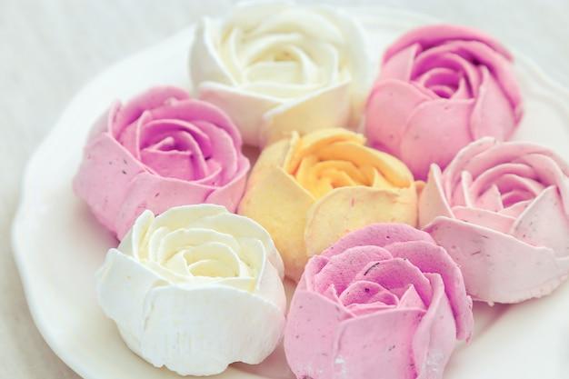 Guimauves sucrées, mélange de bonbons multicolores sur une plaque blanche