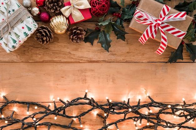 Guirlande ardente avec coffrets cadeaux sur table