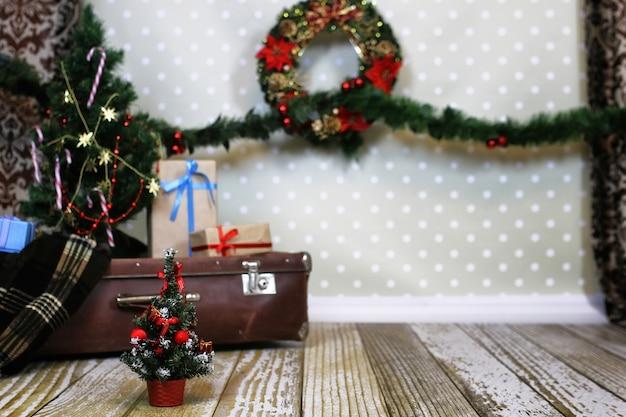 Guirlande et boules de composition intérieure du nouvel an sur l'arbre de noël dans la chambre