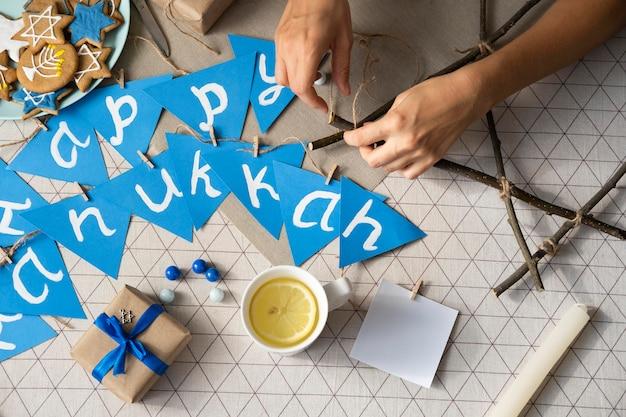 Guirlande et cadeaux de fête traditionnelle de hanoucca heureux