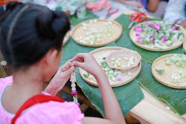 Guirlande close-up à la main de fleurs utilisées pour la journée d'occasion spéciale en thaïlande.