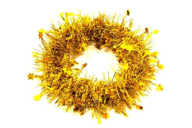 Guirlande dorée de noël sous la forme d'une couronne et d'un cercle sur fond blanc. décoration de noël
