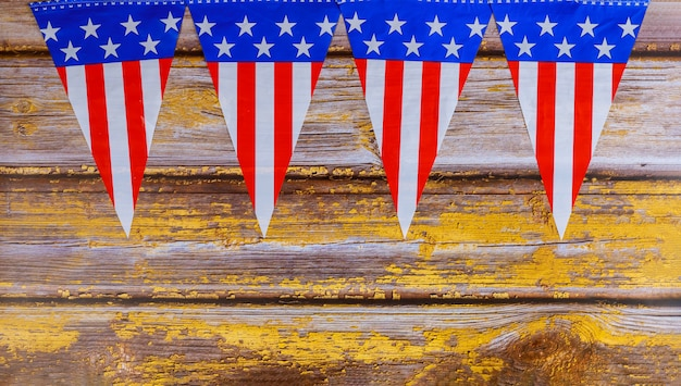 Guirlande de drapeaux des états-unis sur la vieille surface en bois