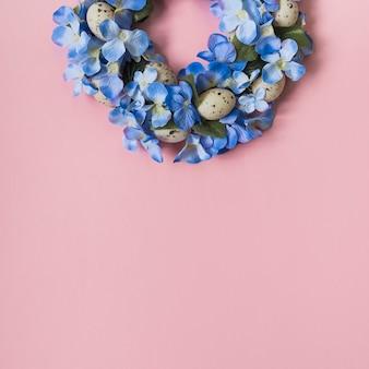 Guirlande faite de fleurs et d'oeufs brillants