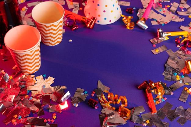 Guirlande de fête et tasses colorées