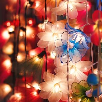 Guirlande de fleurs, éclairs colorés