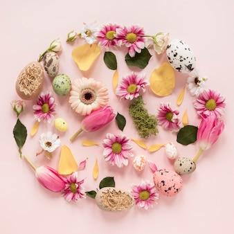 Guirlande de fleurs printanières et oeufs de pâques