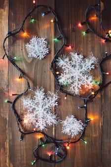 Guirlande et flocons de neige sur la table en bois