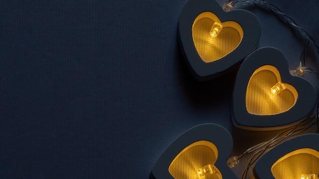 Guirlande en forme de coeur brûlant avec une lumière jaune chaude