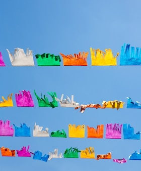 Guirlande de franges de papier coloré de tissu sous le ciel bleu