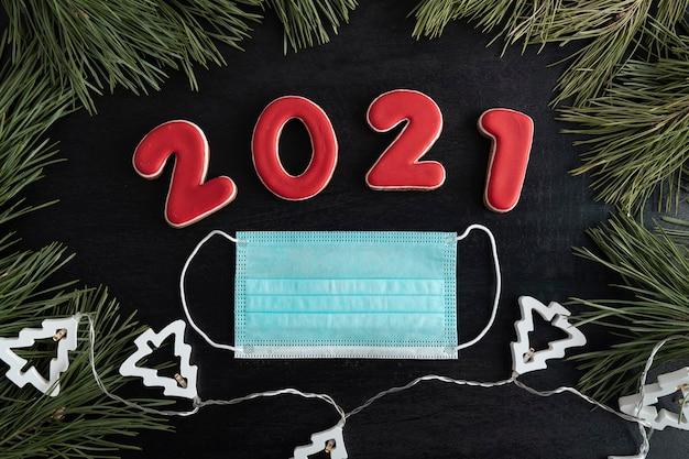 Guirlande, inscription 2021 et masque chirurgical. quarantaine du coronavirus en 2021.
